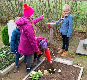 Kinder bei der Beerdigung